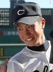 優勝を決めた中京大中京・堂林は、チームメートの祝福に涙を流す