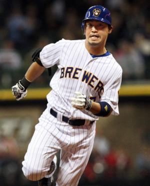4回、ランニング本塁打。二塁から三塁へ走るブルワーズ青木(共同) 4回、ランニング本塁打。二塁か