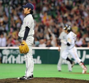 小久保裕紀(右)に同点本塁打を浴びた西武牧田は、打球の行方を見つめる 小久保裕紀(右)に同点本塁