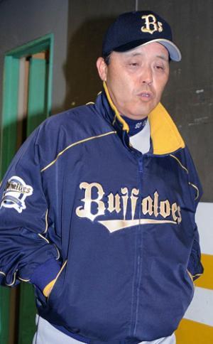 ソフトバンクに連敗を喫した岡田彰布監督はぶ然とした表情で引き揚げる ソフトバンクに連敗を喫した岡