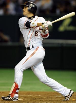 8回裏巨人無死、坂本は左越え本塁打を放つ(撮影・山崎哲司) 8回裏巨人無死、坂本は左越え本塁打を