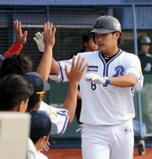 筒香は本塁打を放ちベンチ前でナインの出迎えを受ける(撮影・山崎哲司) 筒香は本塁打を放ちベンチ前