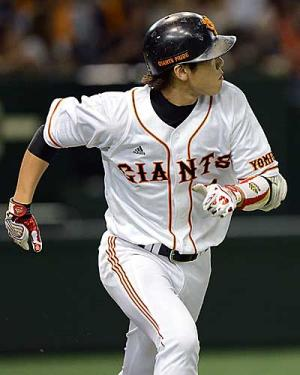 7回、坂本は本塁打を放ち、打球を見ながら走りだす(撮影・山崎安昭) 7回、坂本は本塁打を放ち、打