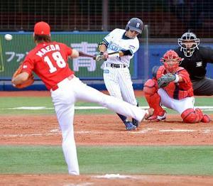 5回裏、内村は右前へ適時打を放つ。投手前田健(撮影・山崎安昭) 5回裏、内村は右前へ適時打を放つ