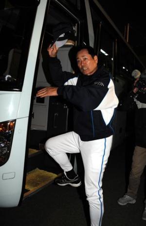 惨敗した中畑清監督は鹿児島のファンに手を振ってバスに乗り込む(撮影・今浪... 惨敗した中畑清監