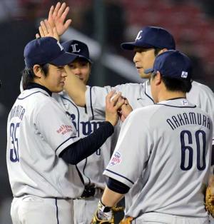 中村(右)からウイニングボールを受け取る牧田 中村(右)からウイニングボールを受け取る牧田 <楽