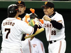 6回裏本塁打を放った長野(左)をこん身のグータッチで迎える原監督(撮影・... 6回裏本塁打を放