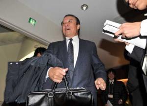 福留獲得の報告を行った中村勝広GMは、笑顔を見せ帰途につく(撮影・河南真... 福留獲得の報告を