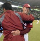 西武対楽天 今季初勝利を挙げた川井(右)は斎藤隆と笑顔で抱き合う(撮影・柴田隆二)