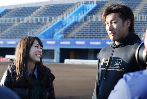 柳田悠岐さんにインタビューしている桐谷美玲さん