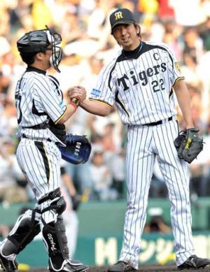得点圏に走者を進めたが9回を締め、藤井彰(左)と握手を交わす藤川(撮影・... 得点圏に走者を進