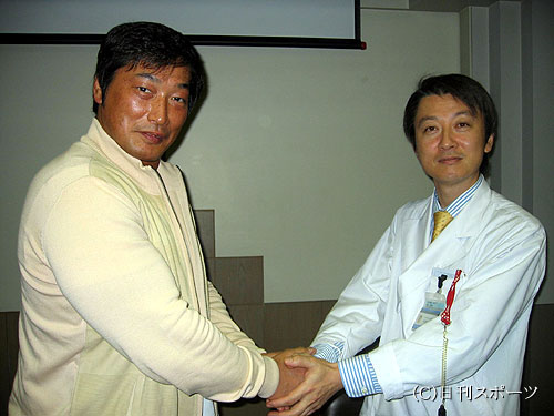 小橋建太(左)は中井川昇准教授とがっちり握手した 小橋建太(左)は中井川昇准教授とがっちり握手し