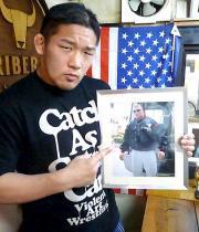 石井はUFCヘビー級王者レスナーの写真を片手に「UFC上陸」を表明