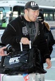 UFCグッズを身につけてUFC観戦のために成田空港に到着した石井