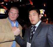 レスナー(左)と握手を交わす石井(C)NAOKI FUKUDA