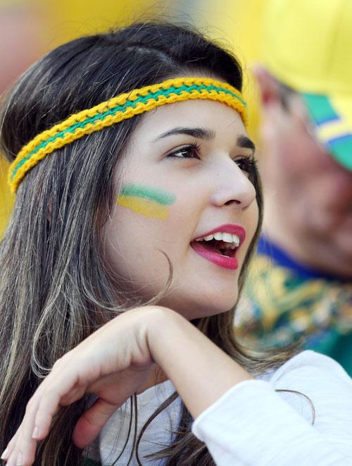 試合前に盛り上がるブラジル美女サポーター