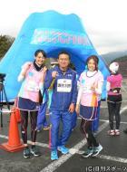 瀬古利彦監督を囲んで記念撮影をするAKBの前田美月(左)と島田晴香
