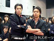 映画「クローズZERO」の試写会に出席した小栗旬(左)と山田孝之