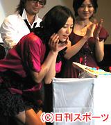 翌日に控えた20歳の誕生日を祝福される長沢まさみ(撮影・村上久美子)