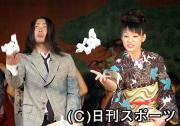 イベントで豆まきならぬレーズンまきを行った山田孝之(左)と栗山千明