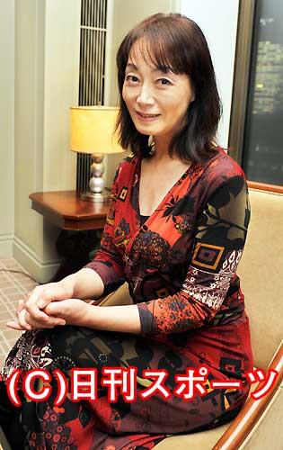 色鮮やかなでも落ち着いた雰囲気の服を着て座る島田陽子