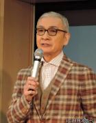 制作発表会に出席し、壇上で話す久米宏