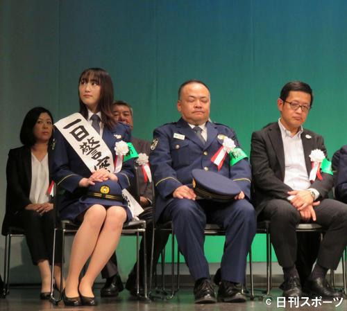 女優兼小説家の元乃木坂松井玲奈さんが池田市警察暑の1日署長就任、婦警コスプレが結構似合う