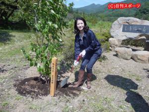 日本音楽事業者協会が主催する植樹イベントに参加した坂本冬美 日本音楽事業者協会が主催する植樹イベ