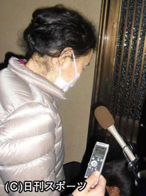 報道陣の質問にうつむきながら答えるオセロ中島知子の母親 報道陣の質問にうつむきながら答えるオセロ