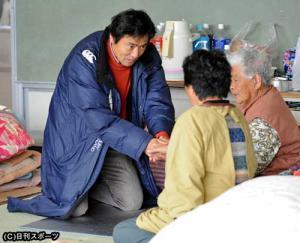避難所を訪れた村上弘明は、 村上弘明が被災両親と再会 母校へ物資も -