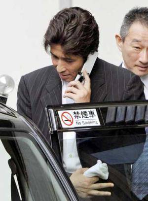 逆転有罪の判決を受け、大阪高裁を出る羽賀研二被告(共同) 逆転有罪の判決を受け、大阪高裁を出る羽