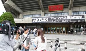 日本武道館の前でインタビューされるファン(撮影・江口和貴)