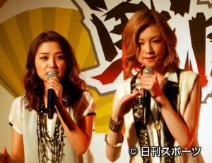新ユニット、ABCHOを結成した石川梨華(左)と吉沢ひとみ 新ユニット、ABCHOを結成した石川