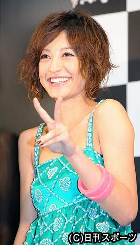 笑顔でVサインをつくる西山茉希(撮影・高田文太) 笑顔でVサインをつくる西山茉希(撮影・高田文太