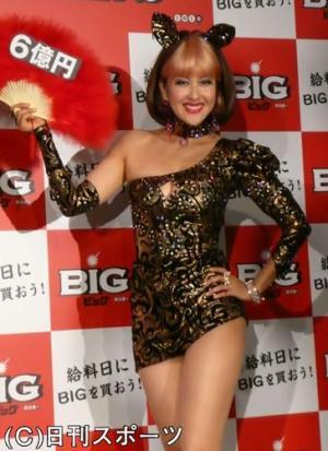 最高6億円くじBIGのイベントに出席した岡本夏生 最高6億円くじBIGのイベントに出席した岡本夏