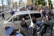 赤坂警察署を出る草なぎ容疑者が乗った自動車(撮影・長谷川元明)