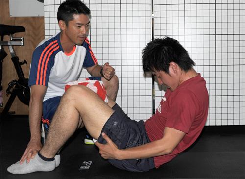 (4)自分の足を持って腹筋運動 (4)自分の足を持って腹筋運動 PR情報   EXILEエクササ