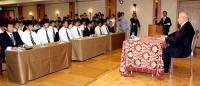 左から西田、由規、赤川らを前に講演する野村元監督(撮影・野上伸悟)