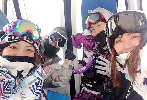 埼玉のレーサー仲間とスノボーを楽しむ。左から滝川千依、染川直哉、尾上雅也、中田夕貴