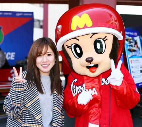 プロ野球広島のオープン戦のセレモニーに参加した実森美祐。右は宮島ボートのマスコットキャラクターのモンタ