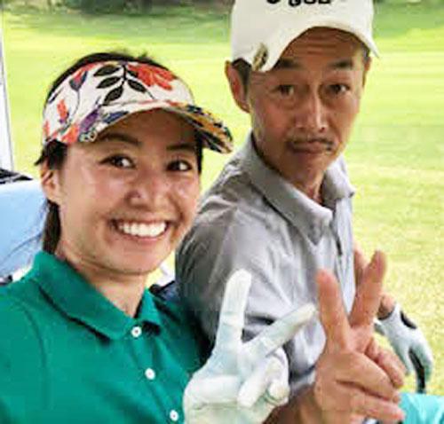 父の倉谷和信とゴルフを楽しむ(本人提供)