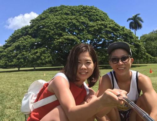 同期の渡辺真奈美(右)とハワイで一緒に(本人提供)