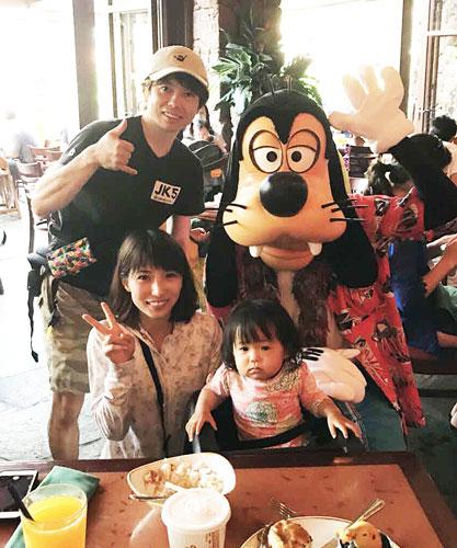 ハワイのディズニーランドでの家族写真。上段左が斉藤優。下段左から芦村幸香、長女の花杏夏さん