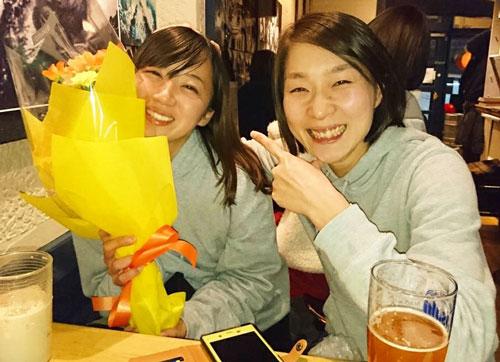 デビュー初勝利で宇野弥生(右)に祝ってもらった深見亜由美