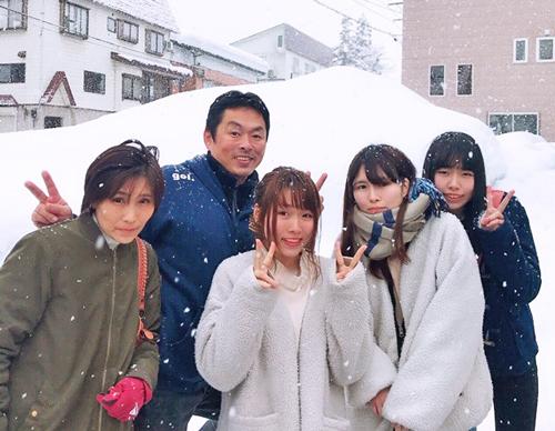 実家に帰省して家族と団らん。左から母、父、島倉都、姉、妹