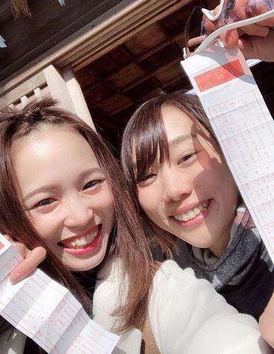 知多半島を自転車で1周する途中、今井美亜(右)と神社でおみくじを引いた