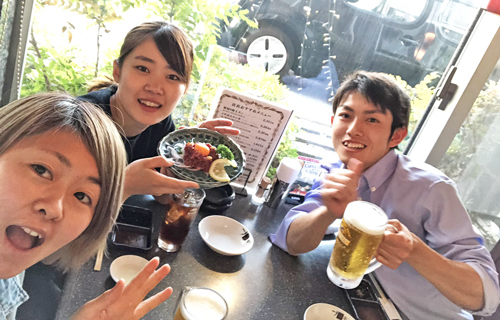同期の薮内瑞希(中央)、片岡大地(右)と食事中の1枚