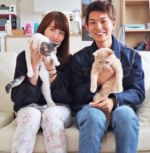 夫・板橋侑我と。愛猫のニケ(左)とヴィヴィに癒やされてます(写真は本人提供)