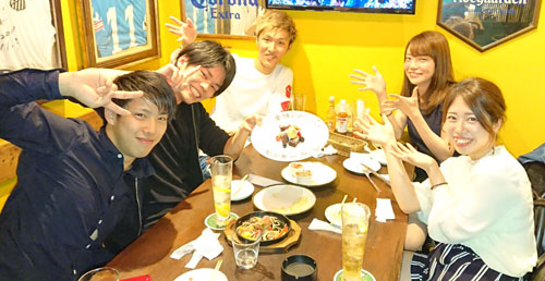 食事会での金子千穂(右手前)、お笑いコンビ・モンキーターンの小田桐大地(左手前)と安谷屋匠純(左中央)、121期の石田貴洋(左奥)、中村かなえ(右奥)