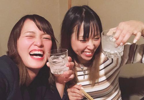 仲のいい先輩・真子奈津実(右)と楽しんでます